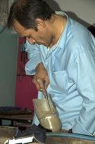 Bei der Arbeit in der orthopädischen Werkstatt